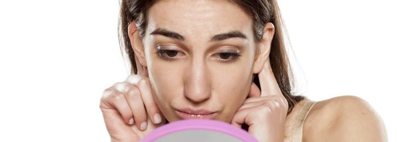 Frau möchte ihre Ohren anlegen lassen